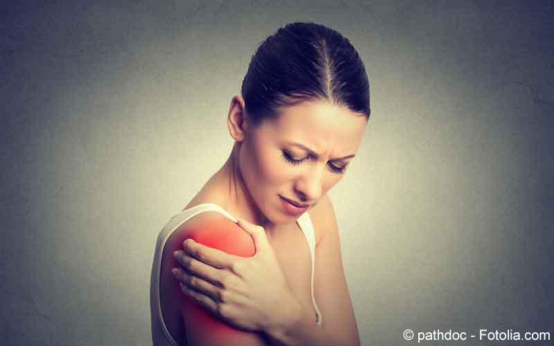 Frau mit Schulterschmerzen
