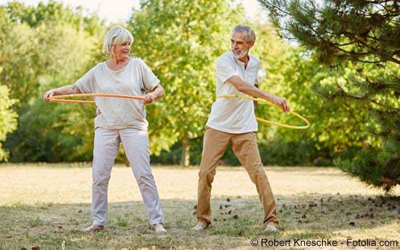 aelteres Paar beim Hula Hoop