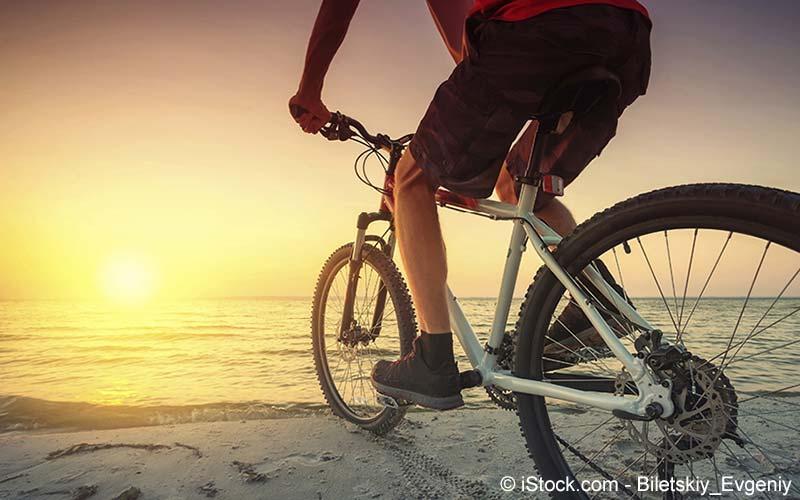 Mann fährt Fahrrad
