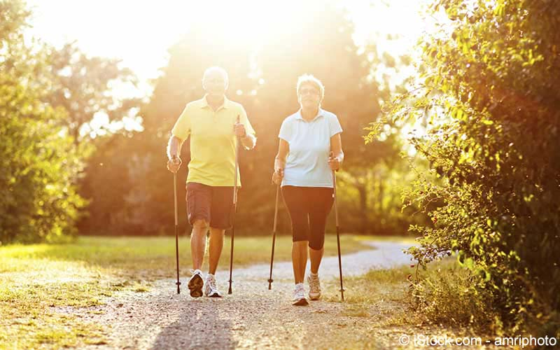 Paar beim Nordic Walking