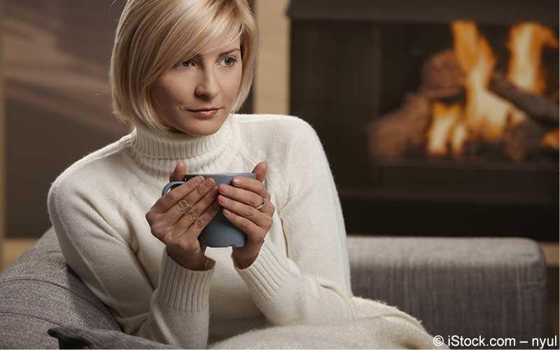 Frau trinkt warmes Getränk