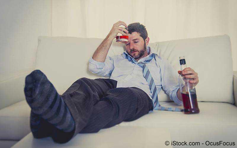 Mann beim Alkohol trinken