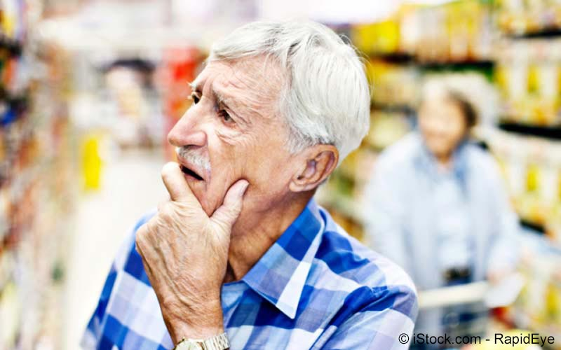 Älterer Mann beim Einkauf
