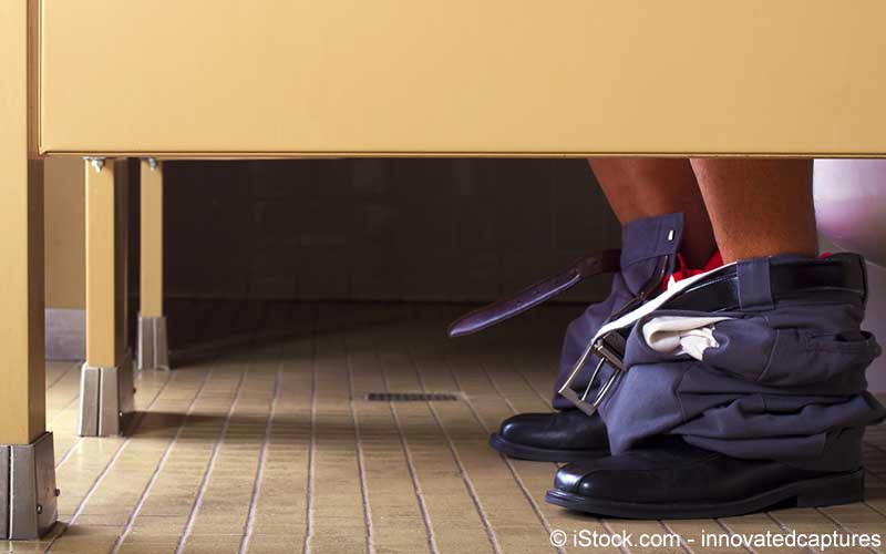 Mann auf dem Toilettengang