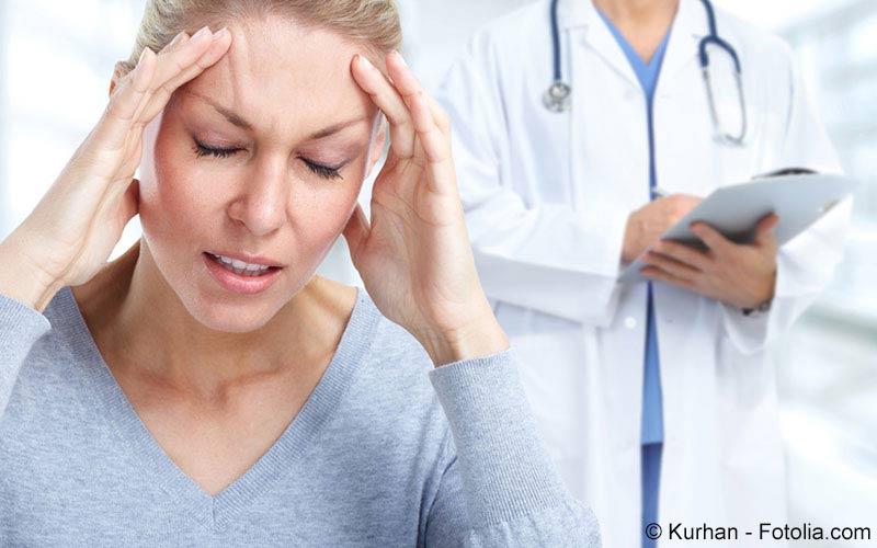 Frau beschwert sich Vergesslichkeit beim Arzt