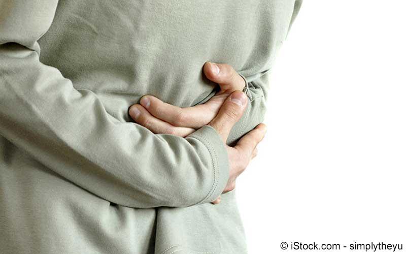 Herr mit Magenschmerzen