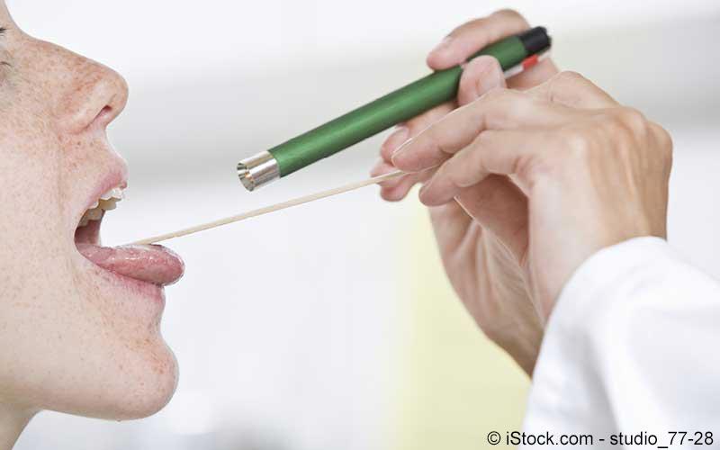 Frau lässt sich von Ärztin untersuchen