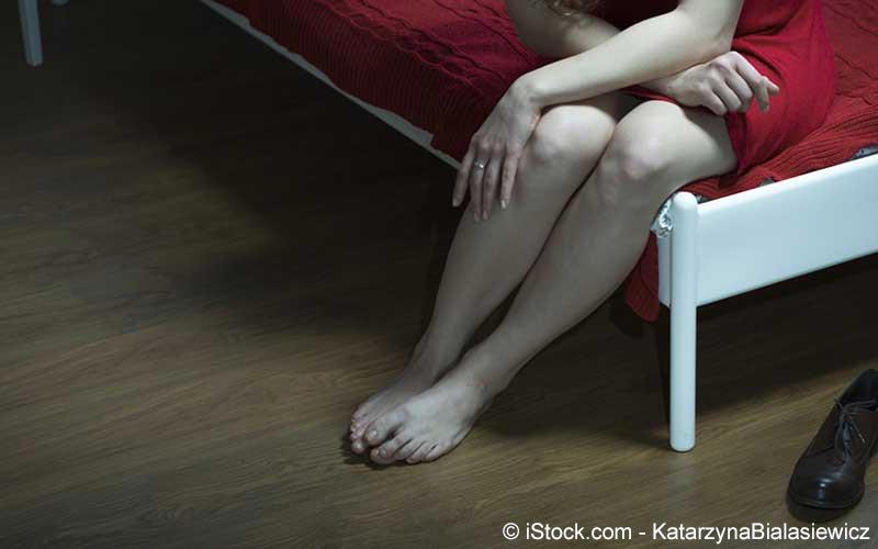 Frau mit Gefühlsstörungen in den Beinen