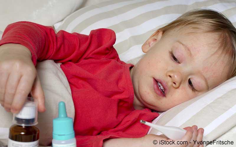 Kind mit Scharlach im Bett