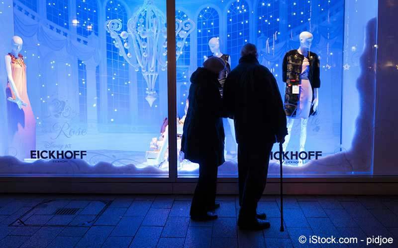 Paar steht vor einem Schaufenster