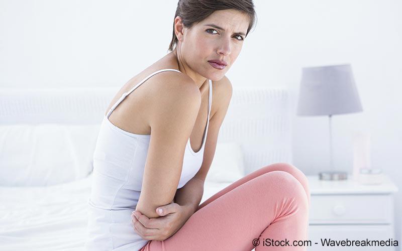 Frau mit Bauchkrämpfen