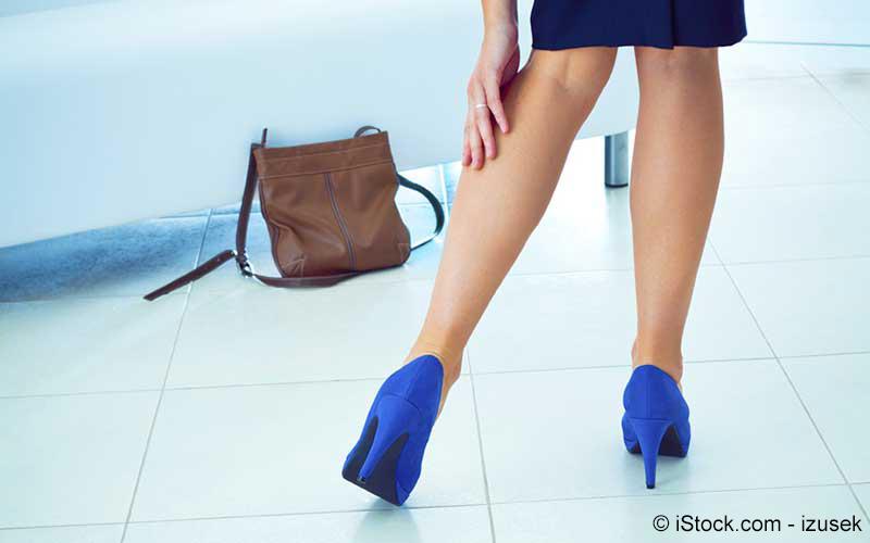 Frau hat beim laufen was gezerrt