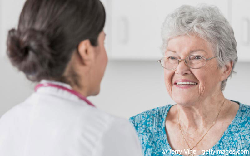 Ältere Dame unterhält sich mit ihrere Ärztin