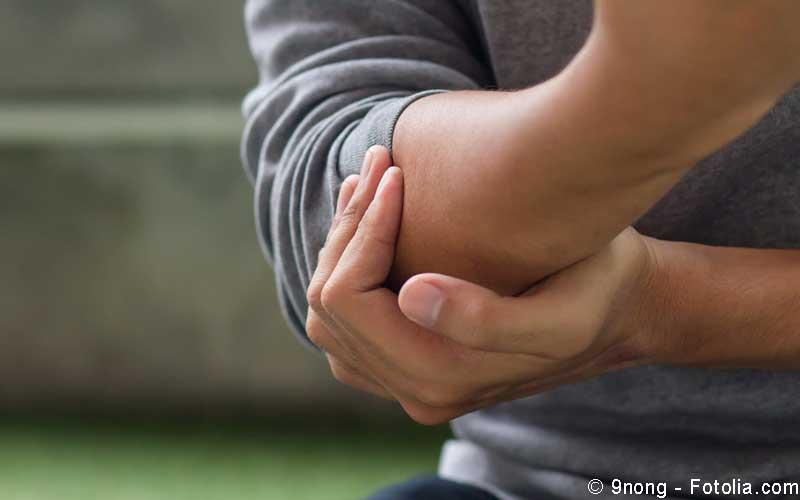 Mann mit Schmerzen im Arm
