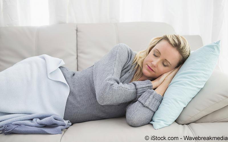 Frau ruht sich auf dem Sofa aus